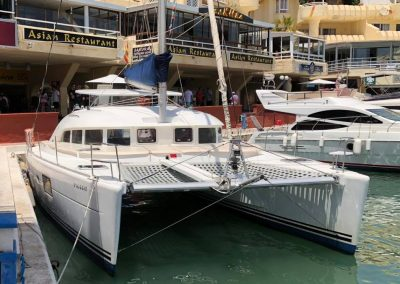 catamaran parte delantera puerto benalmadena