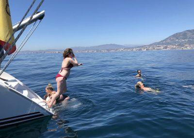 Baño en altamar desde barco en Benalmádena-min