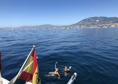 Baño en altamar desde barco en Málaga-min