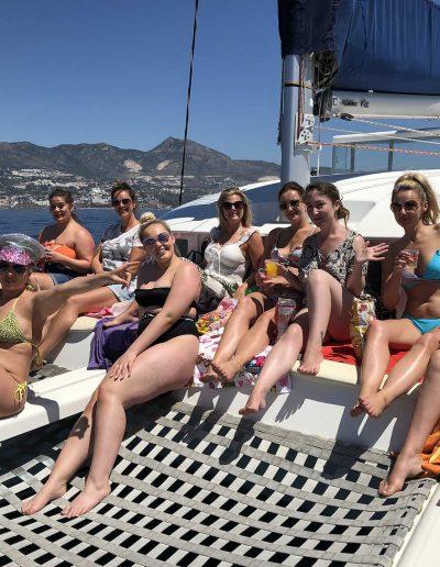 Despedida de soltera en Benalmádena, Málaga en barco-min