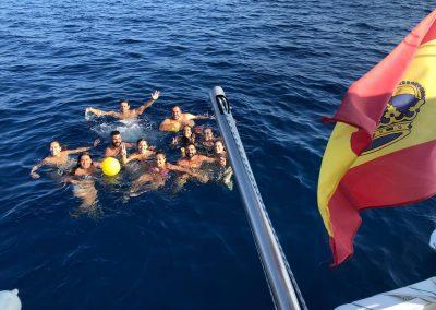 Disfrutando de un baño en el mar en nuestra salida privada en barco en Málaga-min