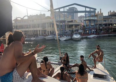 Paseo en barco, salida con amigos party boats en benalmádena, Málaga-min