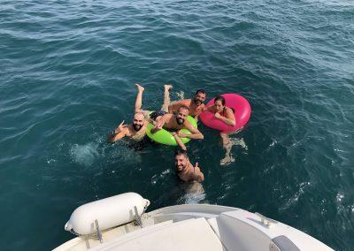 Salida privada en barco con amigos con baño en el mar-min