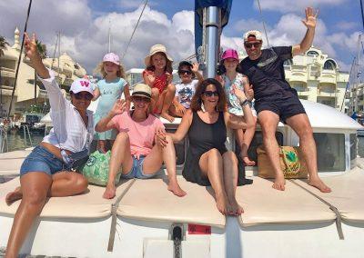 Salida privada en barco con la familia-min