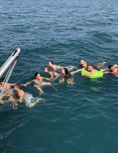 salida en catamarán con amigos y baño en altamar en Benalmádena-min